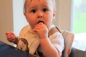 Complete sample feeding schedule for 7 month old babies with helpful tips to use and adjust for your baby through their 7th month. And, grab some bonus feeding tips that will help you safely and confidently feed your baby!
