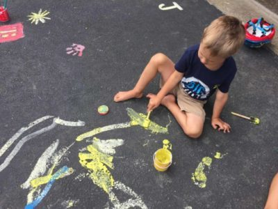 I think there is a way to keep kids entertained, engaged, and busy without using screens or expensive activities. Follow these 3 steps to keep it easy and get inspired with 11 different ideas for kids of all ages.